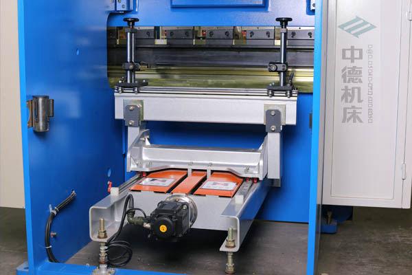 ZDPK-4015-高精度后挡料总成(中德机床专利),配有高精度滚珠丝杆,可调式档指,手摇升降,可适应不同模具;横梁双线轨设计,零游隙.jpg