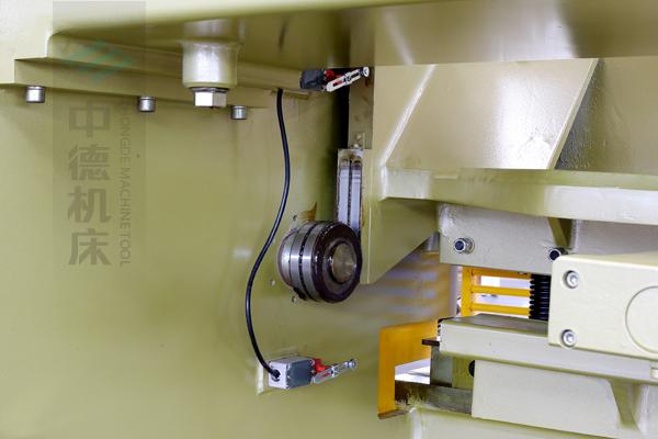 ZDG-832闸式刀架结构,刀架上下垂直运动工作,轴承受力小无磨损,所以能长久精确控制刀片间隙,并能调节剪切角度,提升产品质量,又显著提高刀片使用寿命.jpg