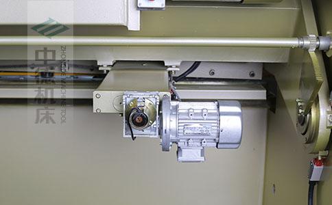 ZDS-832剪板机后档料结构,平行度高,并采用国内*品牌轴承,耐磨抗压寿命长.jpg